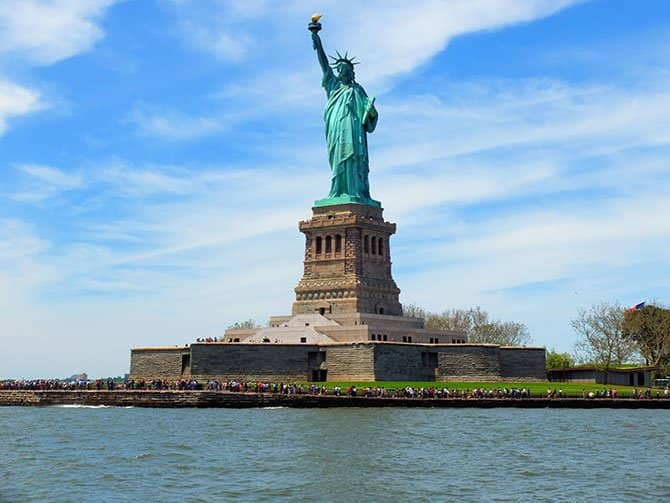 Bateaux Lunch Cruise in New York - Statue of Liberty
